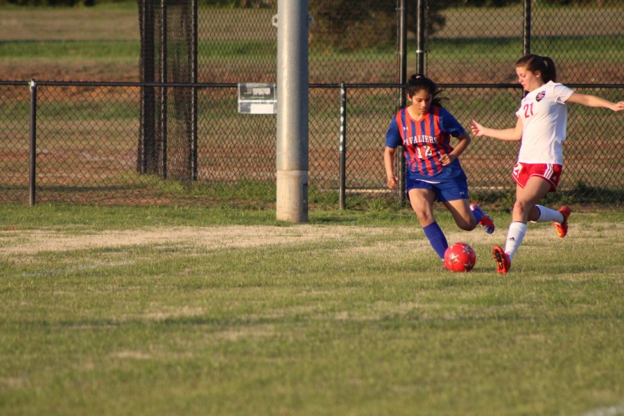 Junior+Frances+Morton+passes+the+ball+back+to+her+teammate.+